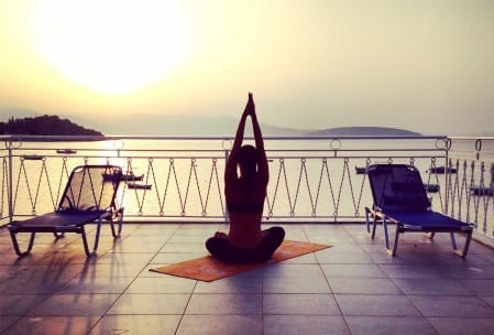 Yoga auf der Dachterrasse in Tolo/Griechenland