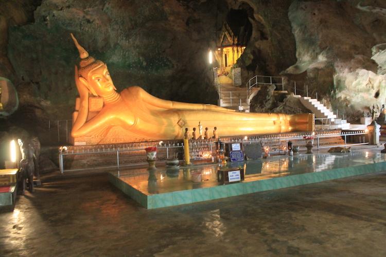 Liegender Buddha im Tempel auf Phuket