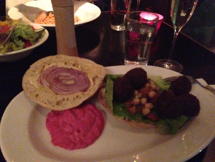 Falafel-Burger mit Rote-Rüben-Humus