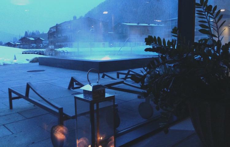 Spabereich mit Blick nach draußen im Travel Charme Bergresort Werfenweng