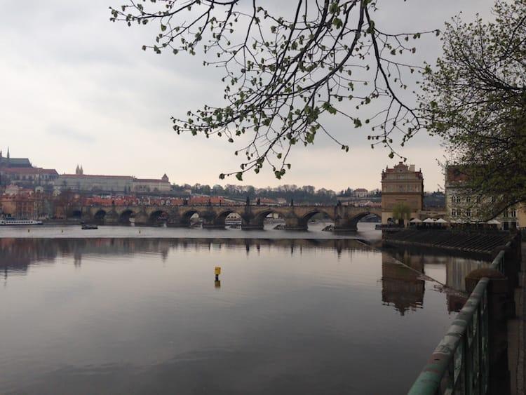 An der Moldau entlang zur Karlsbrücke