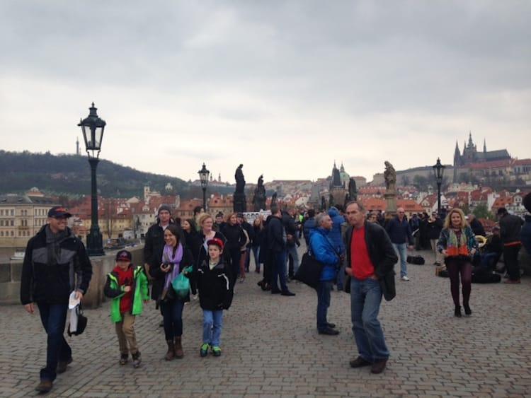 Auf der Karlsbrücke zwischen Menschenmassen, Straßenkünstlern und Souvenirständen