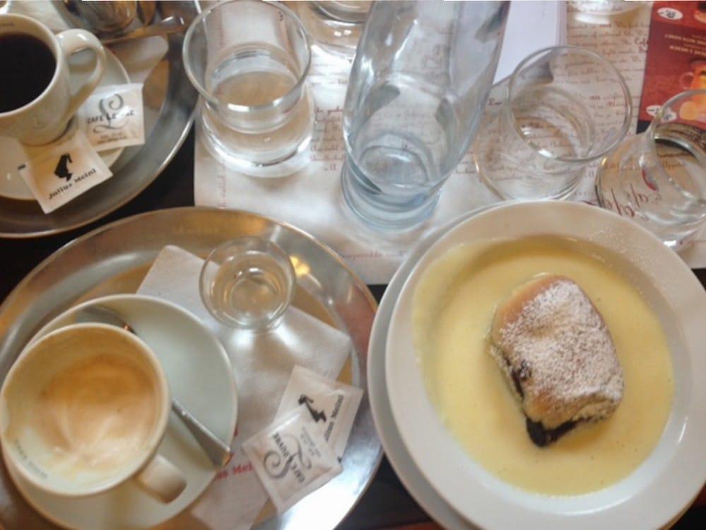 In Prag findet man unzählige klassische Kaffeehäuser mit süßen Versuchungen