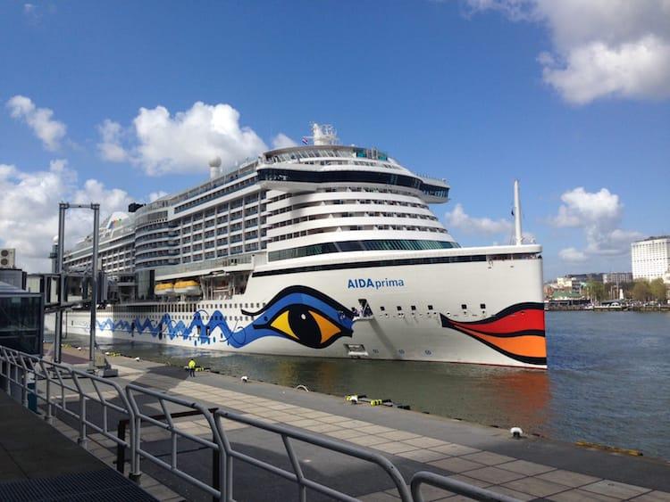 AIDAprima läuft im Hafen von Rotterdam ein