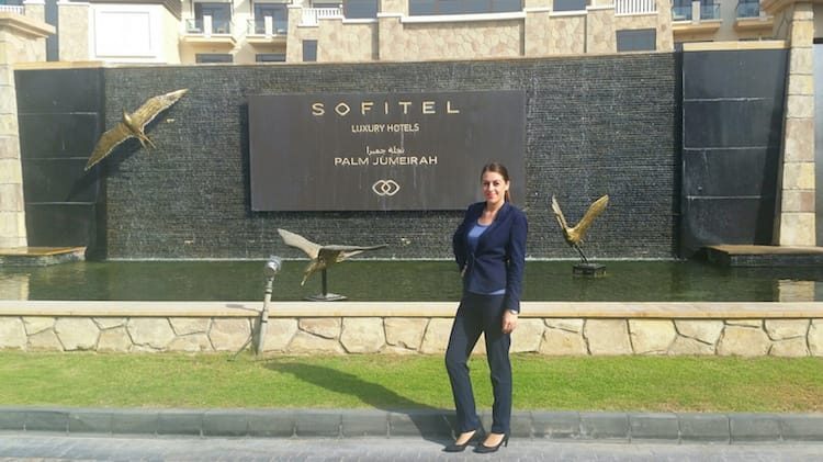 Maria Weinberger vorm 5* Hotel Sofitel the Palm Dubai