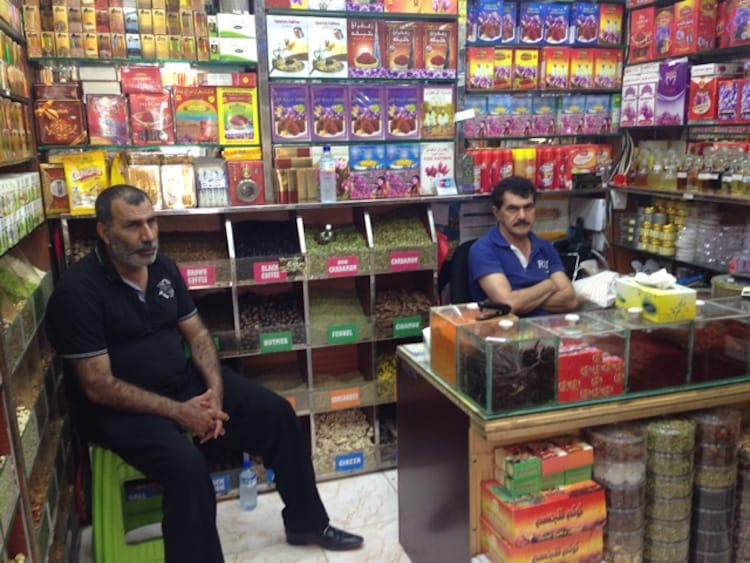 Kleiner Laden im Souk in der Altstadt von Dubai