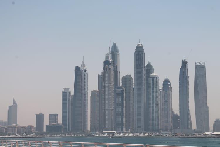Blick von Dubai the Palm auf die Skyline der Stadt