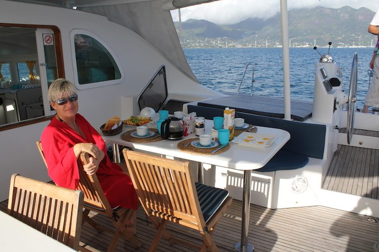 Frühstück an Bord des Katamaran
