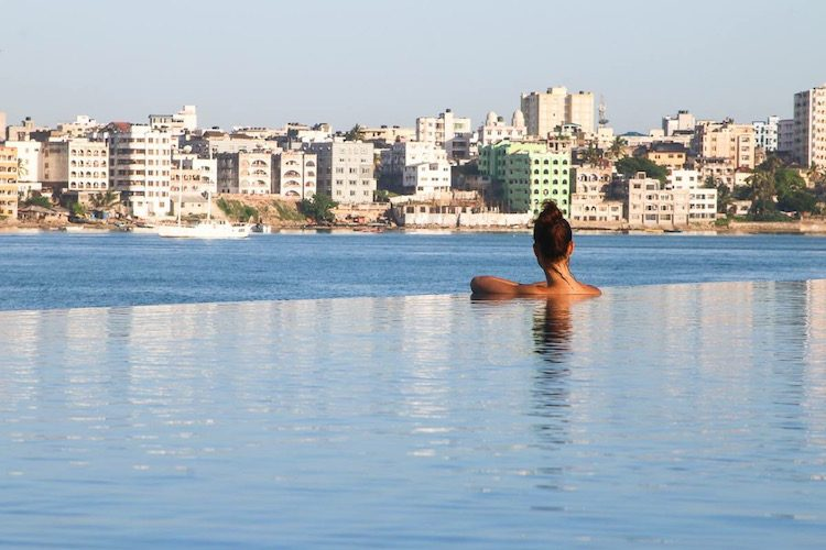 Blick vom Infinity Pool auf Mombasa