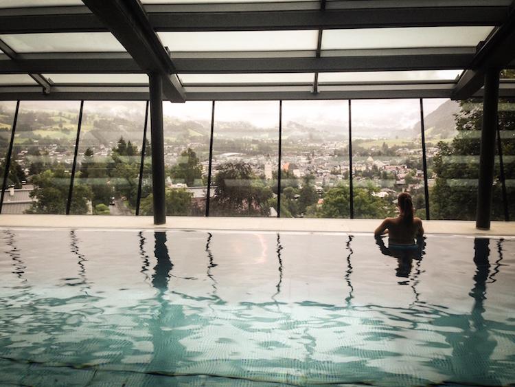 46 Meter langer Infinity Indoor Pool mit Blick auf Kitzbühel