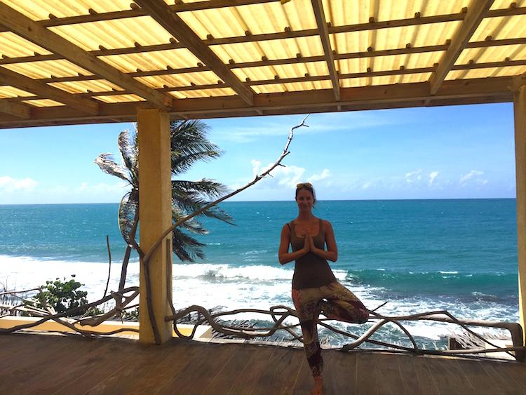 Yoga in Treasure Beach mit Blick auf karibisches Meer