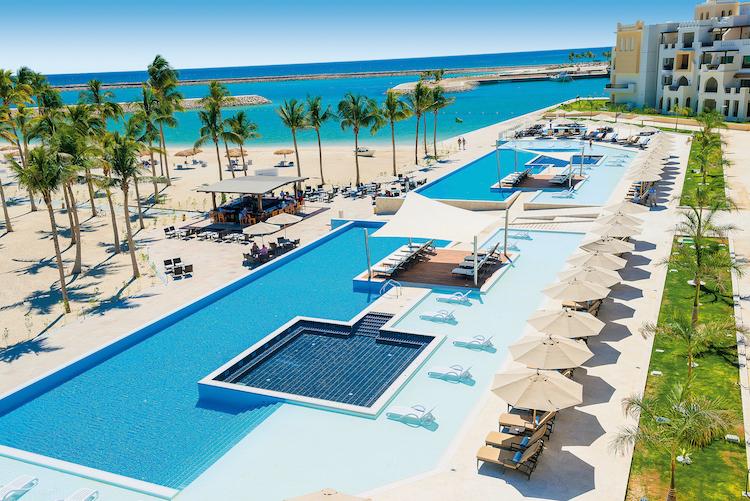 Poollandschaft im Hotel Al Fanar (c) FTI Touristik