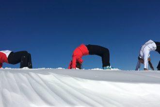 titel_bruecke_yoga_snow_stockresort